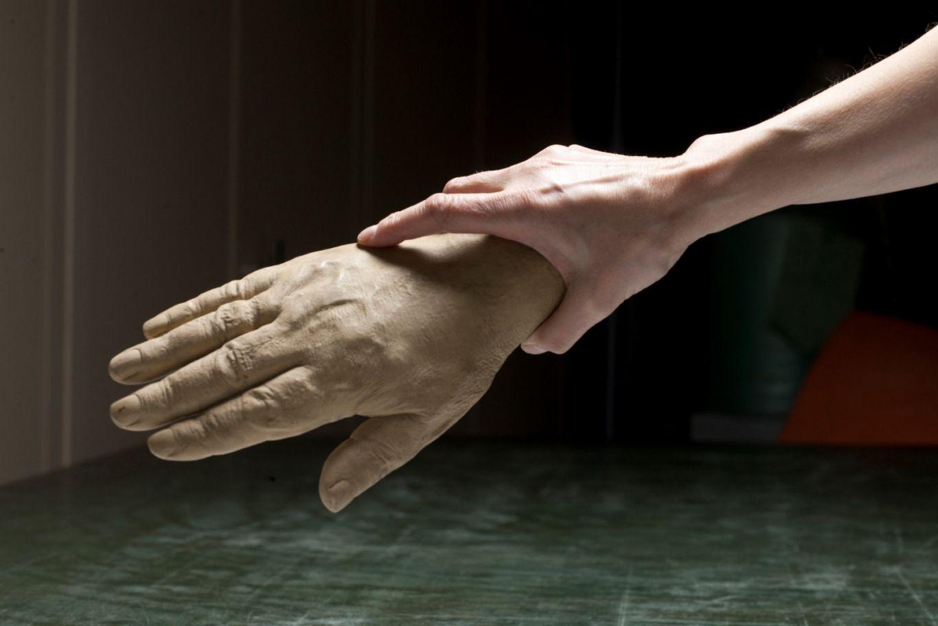 Ólöf Nordal, Musée Islandique – Moulage de la main droite de Bjorn Gunlassen professeur, né à Zaunstetsens le 28 septembre 1788, Islande, (Cast of the right hand of Björn Gunnlaugsson, teacher, born September 28th 1788 at Tannastaðir, Iceland, Photo 60 x 90 cm, 2010.