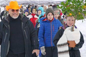 Michael Joaquin Grey at Thingvellir together with children from Landakot School.