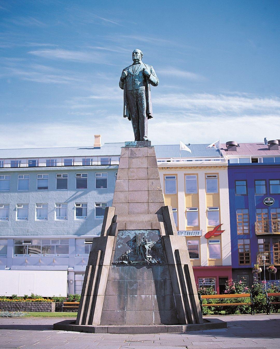 Sagan í gegnum styttur og minnisvarða miðbæjar Reykjavíkur á ensku
