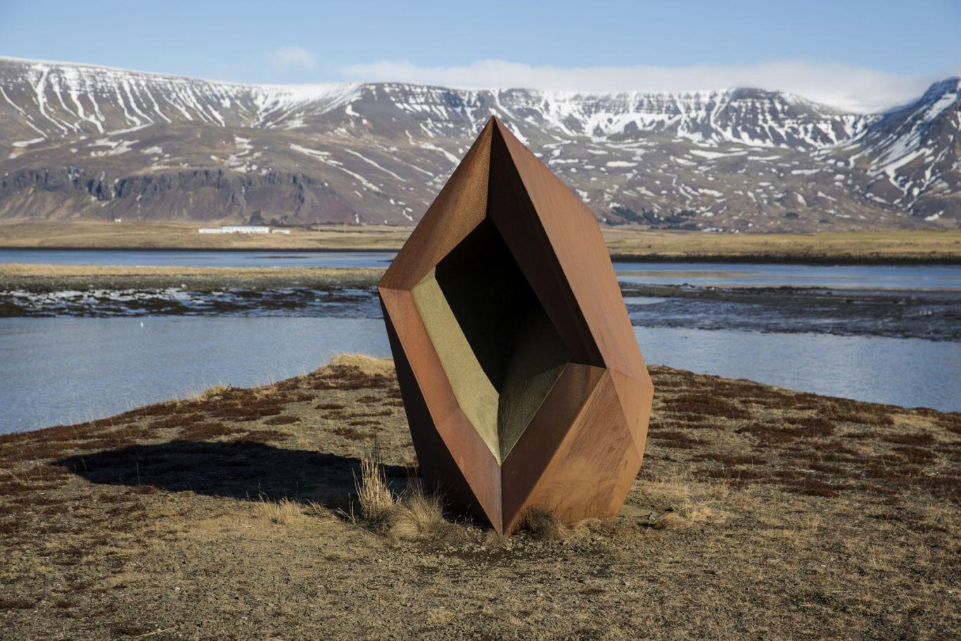 Brynhildur Þorgeirsdóttir, Klettur, 1991. 265x360x170 cm. Kortenstál, gler, sandur. Ljósm. Daníel Magnússon.