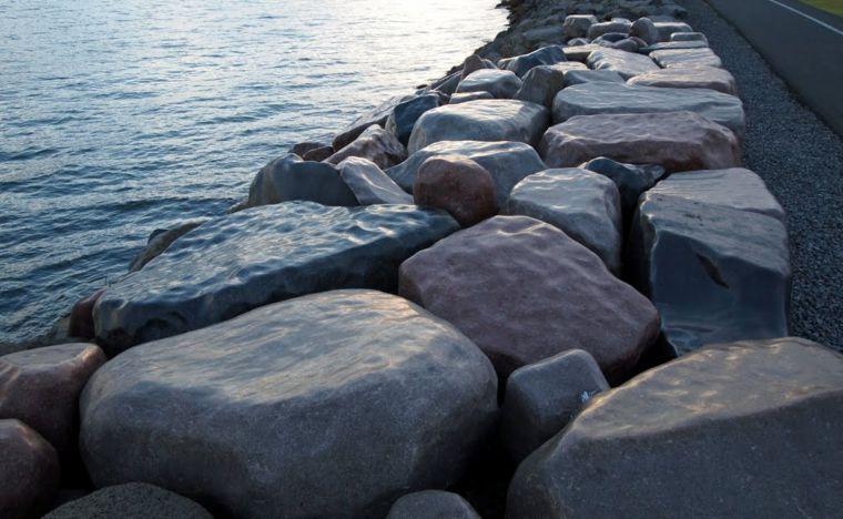 Fjöruverk eftir Sigurð Guðmundsson frá 2002.