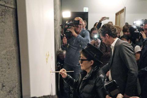 Yoko Ono málar málverk í Hafnarhúsi.