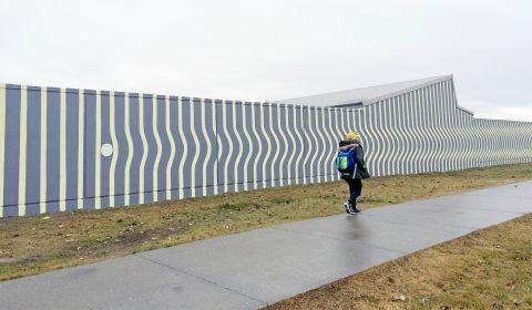 Vegglistaverk eftir Elínu Hansdóttur myndlistarmann á norðurhlið Réttarholtsskóla við Réttarholtsveg.