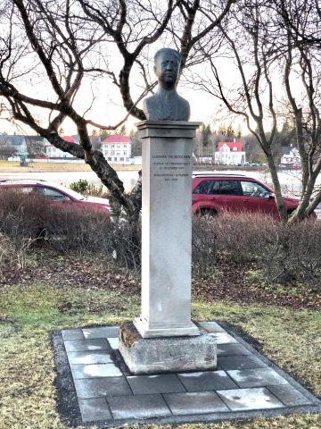 Brjóstmynd af Gunnari Thoroddsen í Hallargarðinn
